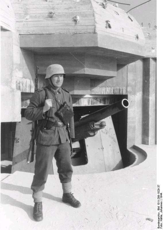 Period photo of a Bunker Camo helmet in wear